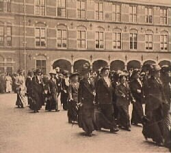 Betoging binnenhof vrouwenkiesrecht