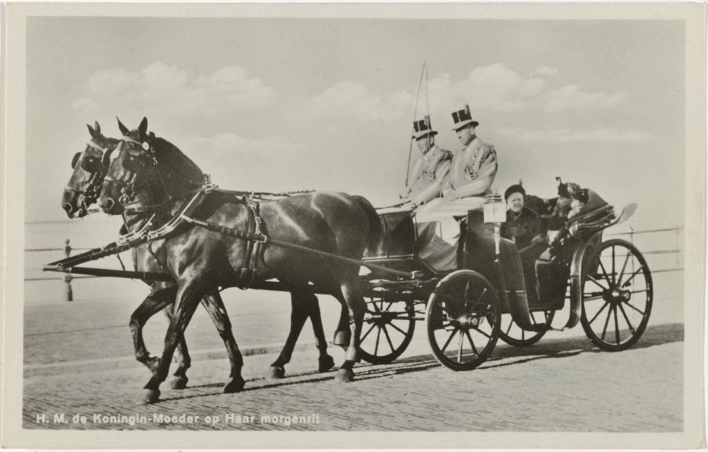 Emma, koningin-regentes der Nederlanden, op haar morgenrit in een rijtuig Anoniem 1925 - 1934 Collectie Rijksmuseum
