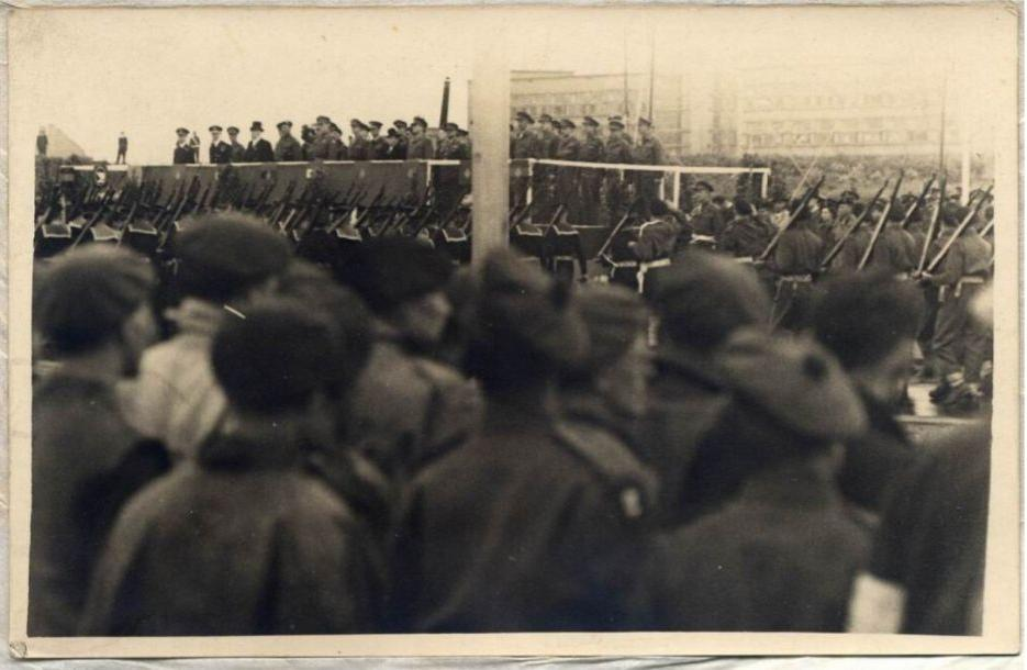 Bevrijdingsparade met Dalton op de achtergrond