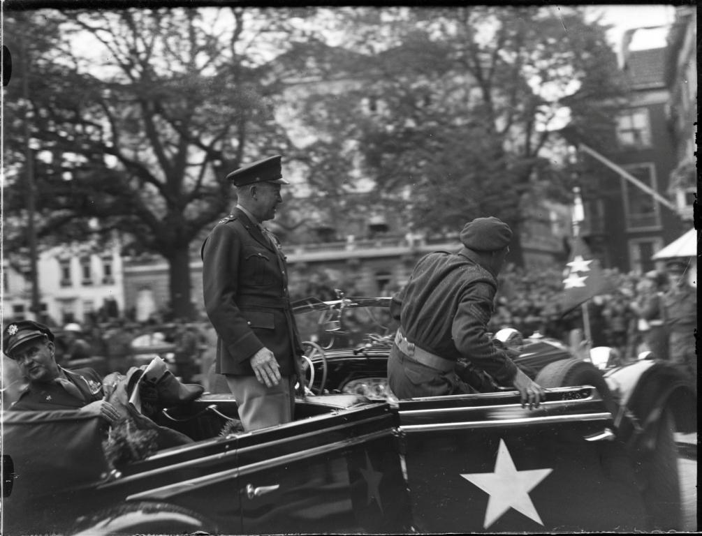 Aankomst van generaal Eisenhower bij het paleis Lange Voorhout