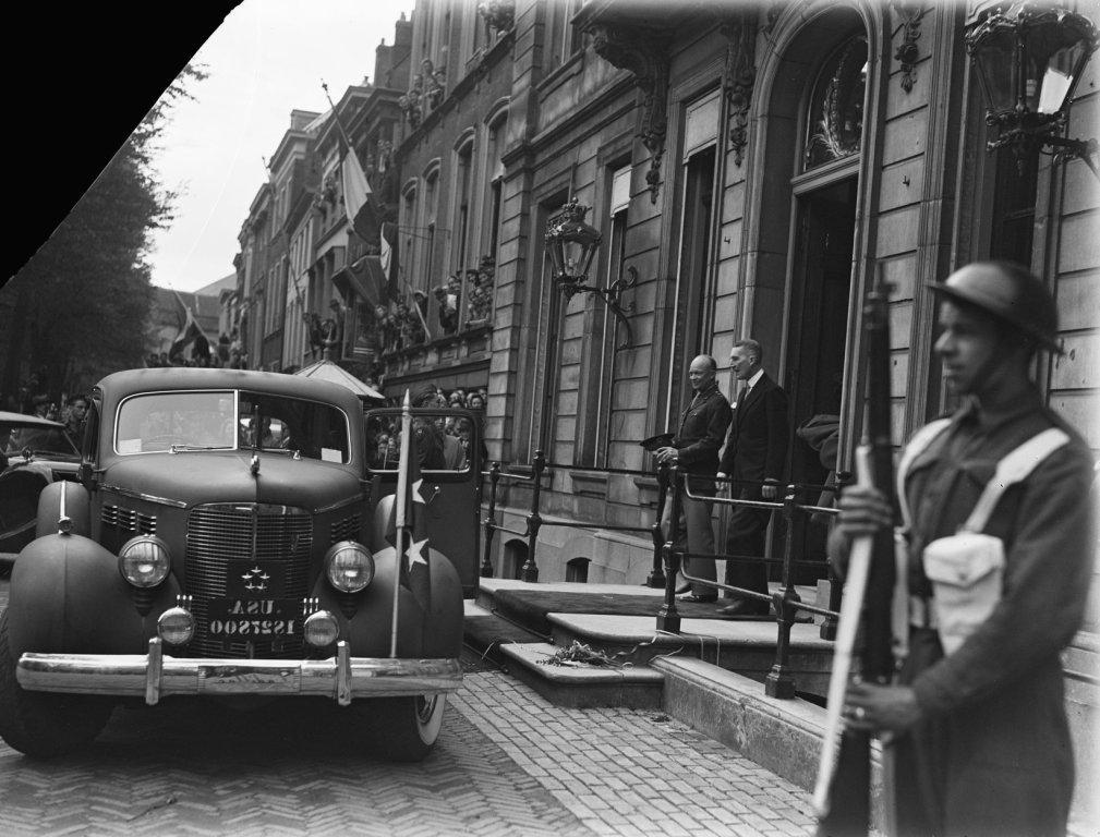 Eisenhower verlaat Paleis Lange Voorhout