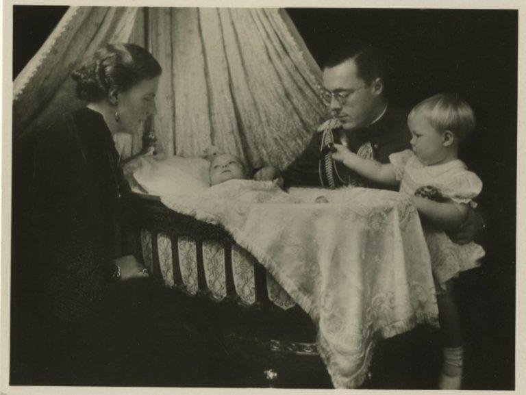 Prinses Juliana, prins Bernhard en prinsessen Beatrix en Irene - Maker Koningin Wilhelmina - 1939 - Coll HGA