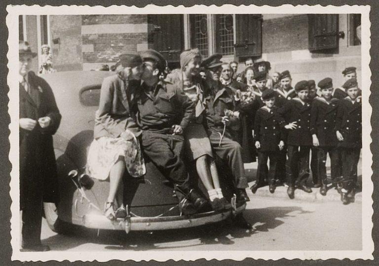 Canadese soldaten met Haagse meisjes bij het stadhuis - 8 mei 1945 - H.A.W. Douwes - Coll HGA