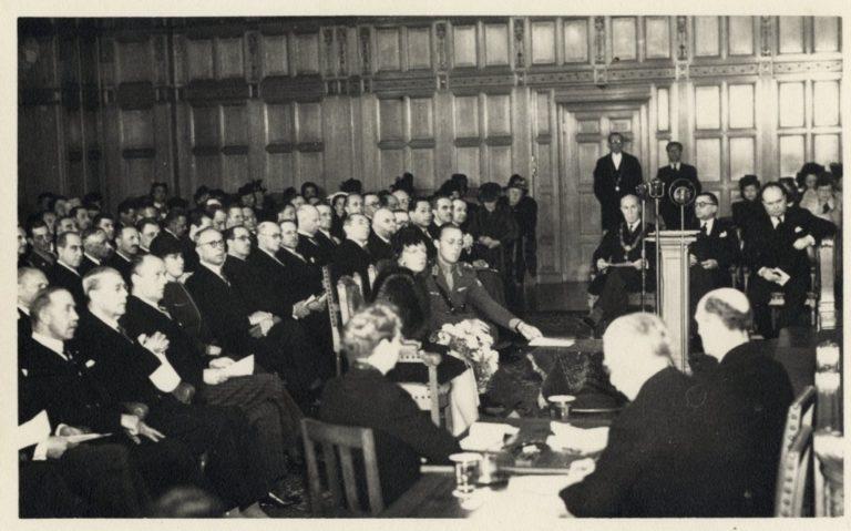 Prinses Juliana en Prins Bernhard bij de opening van het Internationaal Gerechtshof
