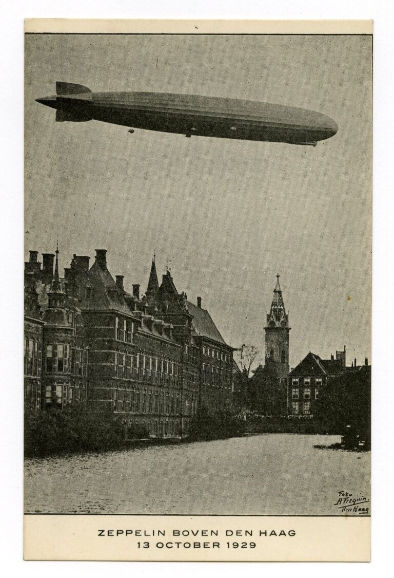 De Graf Zeppelin boven de Vijver - 13-10-1929 - Fréquin, A. (J.A.J., 1883-1939) - Coll HGA