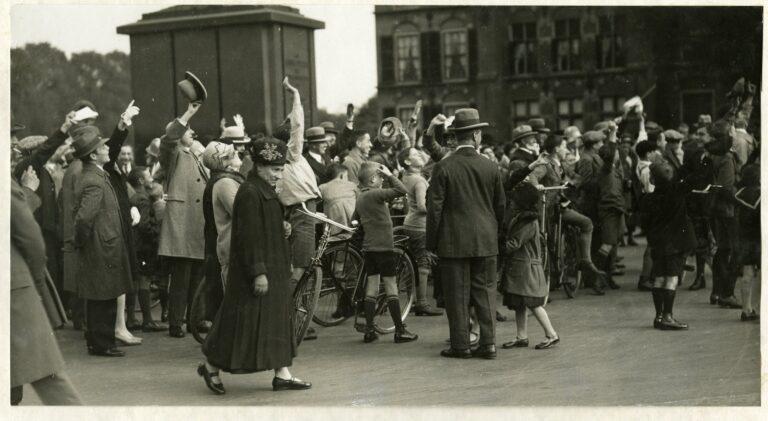 De Zeppelin op komst - Buitenhof - 13-10-1929 - Coll HGA