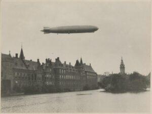 Hofvijver met het luchtschip Graf Zeppelin 13-10-1929 - Coll HGA